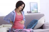 الفرق بين ألم الظهر في الدورة والحمل