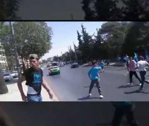 مشجعو فريق يعتدون على مركبات ومشاة ..  ومطالب للاتحاد بموقف حاسم (فيديو)