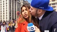 مذيعة تتعرض للتحرش على الهواء في المونديال (فيديو)
