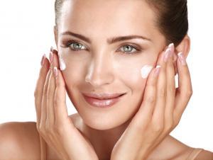 هكذا تحافظين على بشرتك بعد سن الأربعين