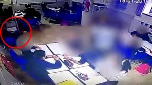 فيديو صادم لتلميذ يطلق النار على معلمته وزملائه في المدرسة!