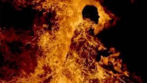 أربعيني يحرق جسده بالنار في الكرك ويلوذ بأحد المحال التجارية