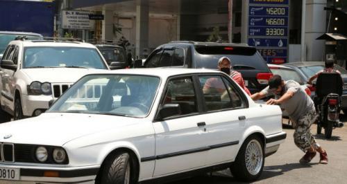 قبلة من فتاة لبنانية مقابل ليترات من البنزين ..
