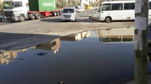 """""""بحيرات"""" المياه العادمة تحول دون دخول المصلين لمسجد الهملان (صور)"""