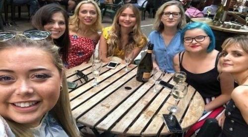 7 نساء يجتمعن للمرة الأولى بمرض خطير