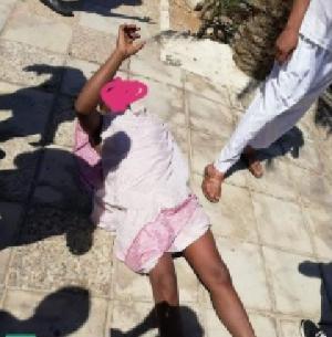 كيني يتجول عاريا في شوارع العقبة