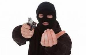 القبض على شخص سلب مالك محل تحت تهديد السلاح
