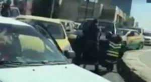"""مشاجرة بين سائقين تسبب أزمة خانقة """"السادس"""" (فيديو)"""