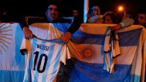 المئات يحتشدون لدعم ميسي بعد العودة للأرجنتين