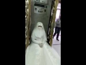 منع عروس من الدخول إلى الحرم المكي (فيديو)