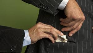 موظف يطلب رشوة لإلغاء مخالفة أمر دفاع