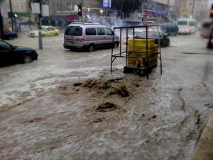 اخلاء 85 شخصا حاصرتهم مياه الأمطار بمادبا
