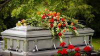 يعود للحياة أثناء دفنه ويطالبهم بإخراجه من القبر (فيديو)