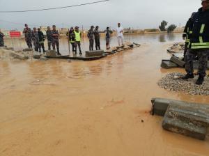 الدرك ينقذ 3 أطفال حاصرتهم السيول بالمفرق