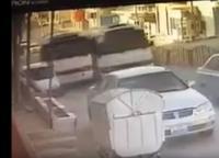 """""""عناد"""" سائقي حافلتين ينتهي بحادث تصادم (فيديو)"""