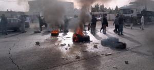 محتجون يغلقون الطريق الصحراوي بالاطارات المشتعلة