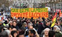 إضراب فرنسا ..  توقف حركة القطارات وإغلاق برج إيفل