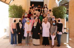جامعة الشرق الأوسط تستضيف وفدًا طلابيًا في كلية الصيدلة