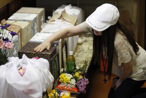سيدة تتلذذ بأكل رماد جثة زوجها المتوفي!