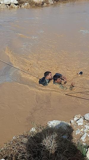 الزرقاء ..  مياه السيول تحاصر شخصين (صور)