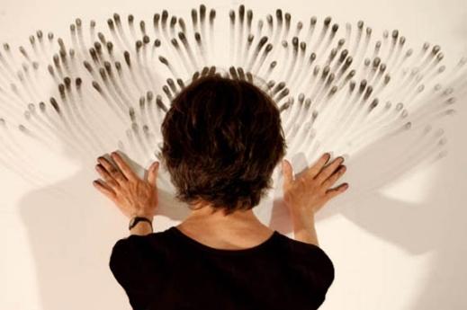 فنانة تقوم بالرسم ببصمات أصابعها فقط  Image