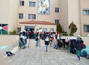"""مادبا  ..  طالبات """"ذات النطاقين"""" يعتصمن أمام مبنى التربية (صور)"""