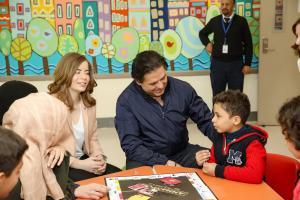 راغب علامة يزور أطفال مرضى السرطان بمركز الحسين