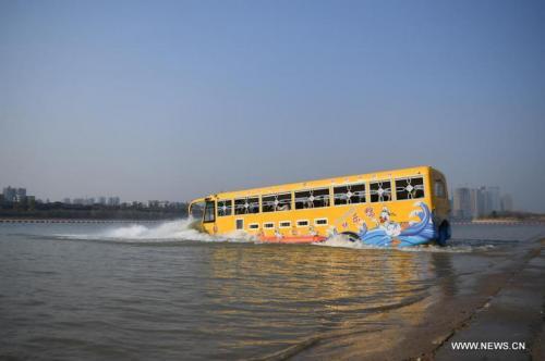 بالصور ..  حافلة تتحول إلى سفينة في الصين