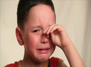 أطفال ثلاثة عذبهم غياب الأب وطحنهم ظلم ذوي القربى فمن لهم ؟