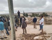 مستوطنون يهاجمون السكان في قرية سوسيا