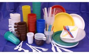 لماذا حظرت فرنسا الأواني البلاستيكية؟