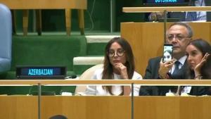 ابنة رئيس أذربيجان تحرج أباها أثناء خطابه (صور)