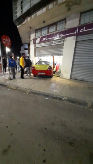 مركبة تكسي تقتحم محلاَ بإربد (فيديو وصور)