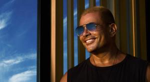 """عمرو دياب يطرح من ألبومه """"عيشني"""""""