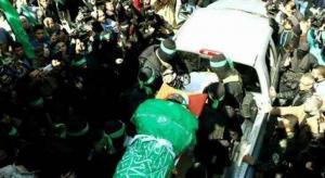 """الآلاف يشيعون جثمان الشهيد الفقهاء ..  """"والقسام"""" تتوعد بالرد (صور)"""