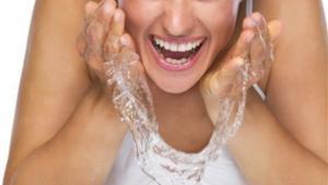 هذا مايحدث للبشرة عند غسلها بالماء الساخن