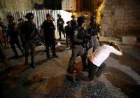 الإحتلال يعتدي على المصلين قرب باب العمود