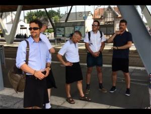لماذا ارتدى سائقو الحافلات في غرب فرنسا التنانير القصيرة؟ (فيديو)