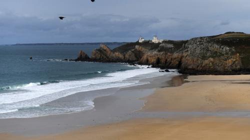 المد والجزر يجلب طناً من المخدرات على شواطئ فرنسا (صور)