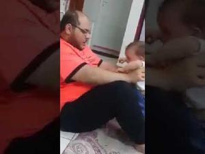أب يضرب طفلته بلا رحمة والأمن يحقق (فيديو)