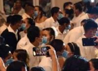 خوفا من كورونا ..  القبلات بالكمامات في حفل زفاف بالفلبين (صور)