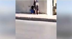طلبة يفرّون من حفرة اسفل سور مدرستهم (فيديو)