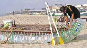 فلسطيني يصنع قارب صيد من عبوات بلاستيكية فارغة